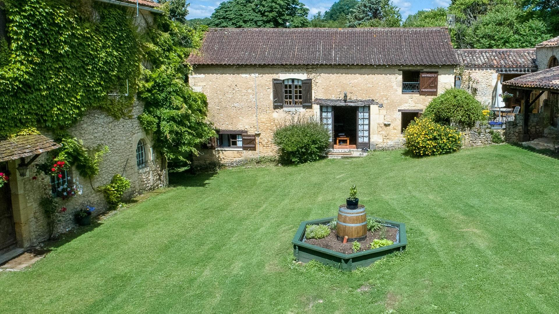 4 Bedroom Cottage/shared facilities in Aquitaine, France