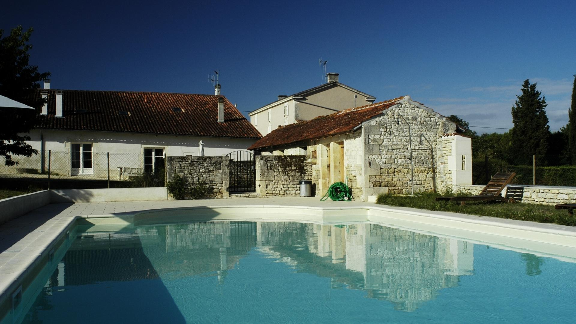 2 Bedroom Cottage/shared facilities in Poitou-Charentes, France