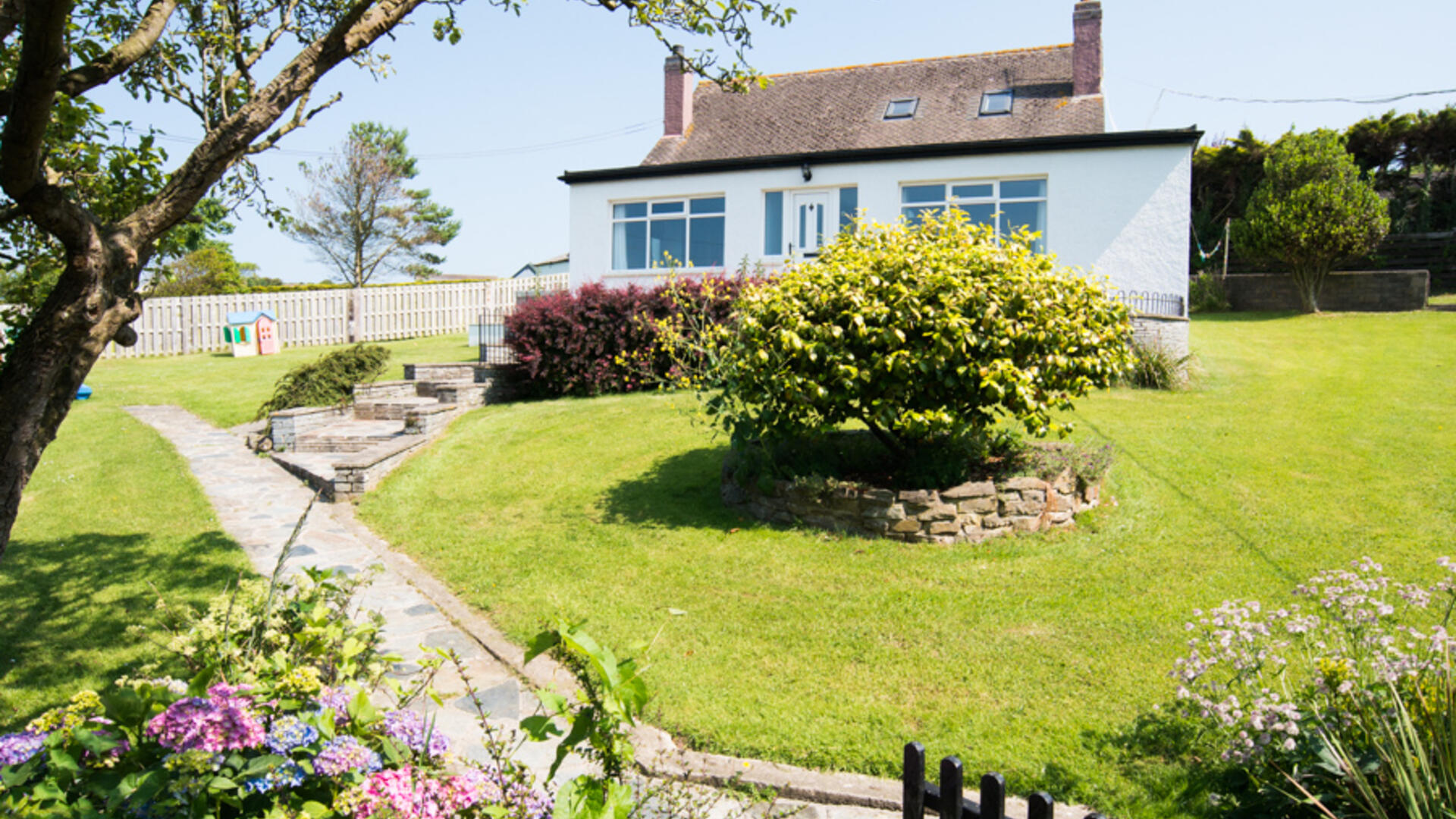 Child-friendly cottage in Cornwall with hot tub and walk to beach